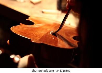 Final touch. Napoletan violin maker