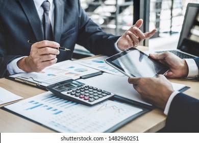Finanz-Manager diskutieren über Unternehmenswachstum Projekterfolg Finanzstatistiken, professioneller Investor-Start-up-Projekt für Strategie-Plan mit Dokument, Laptop und digitalen Tablet.