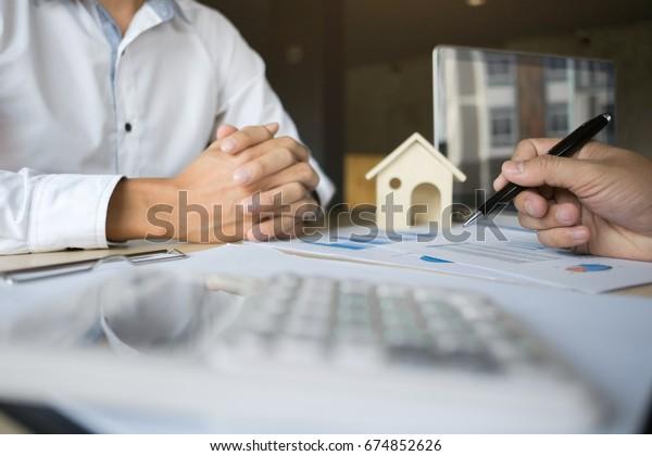 Finanzinspekteur-Bericht, Versicherungsvermittler, der die Hypothekendarlehen im Büroraum analysiert