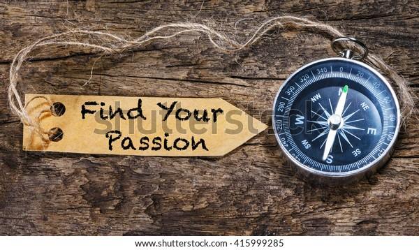 Encuentra tu pasión - letra de frase de motivación en etiqueta con brújula