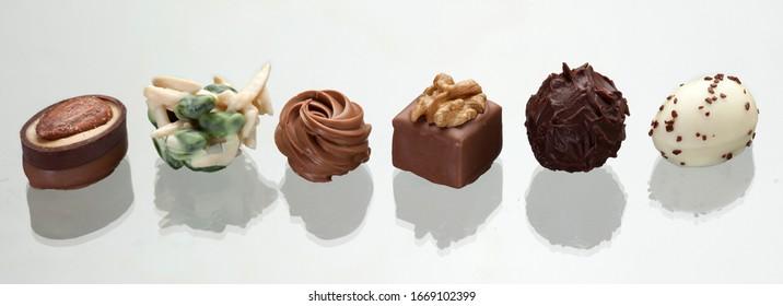 Pralines au chocolat fin isolées sur fond blanc