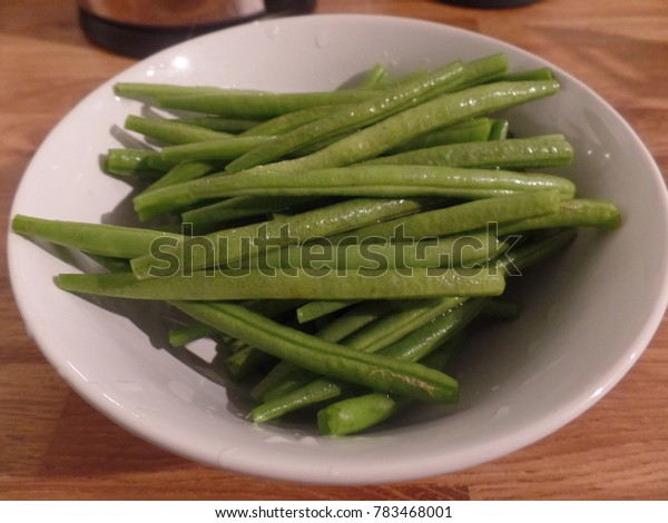 Fine green beans in a white bowl
