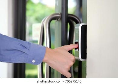 Análisis de impresión de dedo para ingresar al sistema de seguridad.