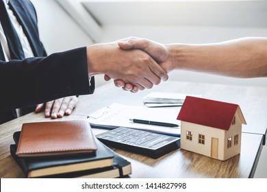 Nach der Unterzeichnung des Vertrags genehmigten Antragsformulars für Hypothekarkreditangebot und Wohnungsversicherung, die zum Abschluss eines erfolgreichen Immobiliengeschäfts, Broker und Kunde Händeschütteln.
