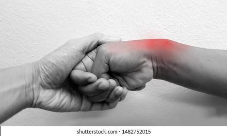 Finkelsteins Test oder modifiziertes Eichoff-Manöver ist physischer Test zur Diagnose De Quervain Syndrom oder radiale styloide Tenosynovitis). Der Patient hat Gelenkschmerzen (rot) und Sehnenentzündungen.