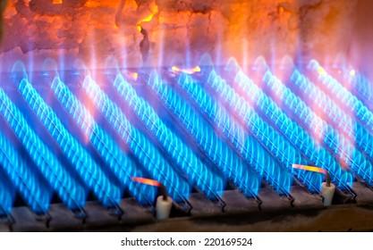 Das Feuer brennt aus einem Gasbrenner. Blaue Flamme beim Brennen von Gas.