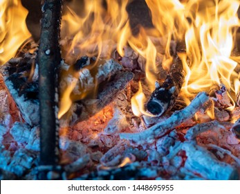 Fire made with wood from a tree to prepare a barbecue.