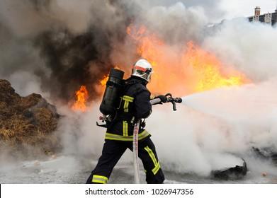 Feuerwehrmann löscht ein Feuer