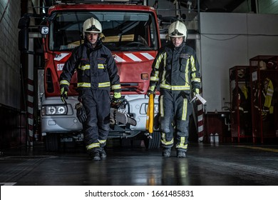 firemen leaving the station equipped and with the tools for the extinction of the fire