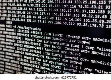 Firewall-System blockiert Angreifer IP. System Log Linux Server mit Cronjob und Firewall-Feed