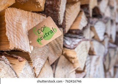 Firewood with a sticky note with the german word CO2 neutral