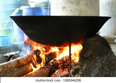 Firewood stove with firewood The pan that comes in black from the use of firewood firewood