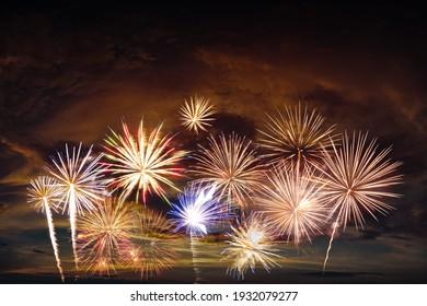 新年の祝賀や独立記念カードの夕空の花火