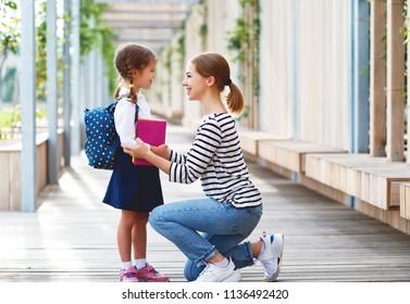 primo giorno a scuola. madre conduce una piccola ragazza della scuola bambino in prima elementare