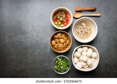 Fischkugel, Knoblauchkraut mit Schmalz, Schweinekoteletts, Pillen, Kalkkoriander mit Frühlingszwiebeln verschiedene Zutaten und Kondition auf dem Tisch für Nudelmenü. Draufsicht und Kopienraum.