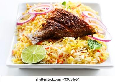 Fish Biryani servi dans un plat blanc en gros plan, mise au point sélective