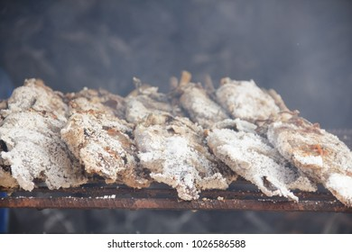 The fish is cooked to a strong fire. But first, eat the shells before the skin.