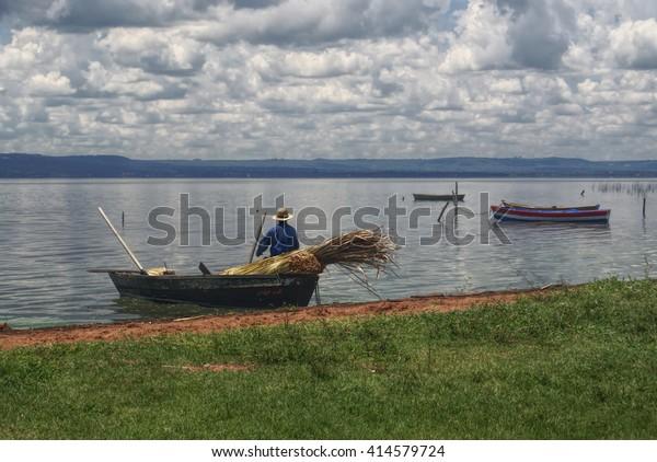 Pescador saliendo de la orilla del río en Paraguay