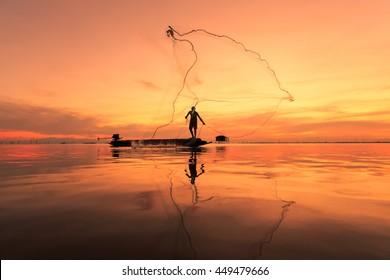 Pêcheur avec filet en action, Thaïlande