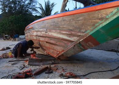 A Fisherman repair the boat.