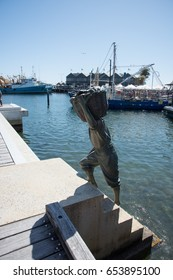 Fisherman statue,crowds and harbor in Fremantle, Western Australia/Fisherman Sculpture/FREMANTLE,WA,AUSTRALIA-NOVEMBER 13,2016:Fisherman sculpture, tourists and harbor in Fremantle,Western Australia