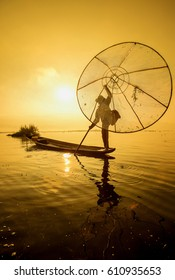 Fishermen are using the fisherman's tools in earnest, and set up in the  Intel Lake early in the morning, shining in yellow, orange, and orange across the sky.