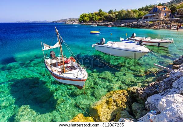 Fischerboote an der Küste von Zakynthos, Griechenland