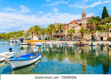 Fischerboote im Dorf Splitska mit schönem Hafen, Insel Brac, Kroatien