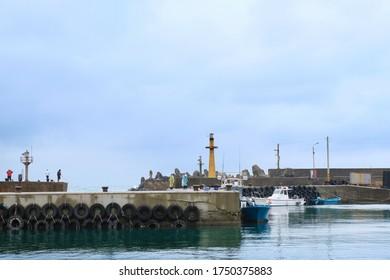 Fischerdorf voll verankertes Fischerboot am bewölkten Tag
