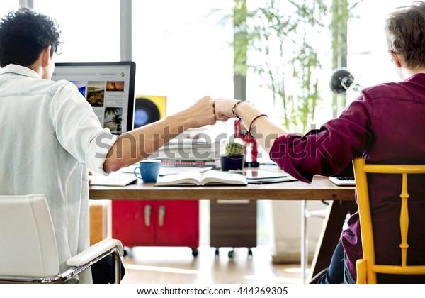 Teamwork-Konzept der Faust-Bump-Kollegen