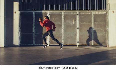 Fit motivierte schwarze Athleten laufen auf heißen Sommer in der Stadt.
