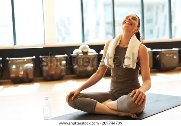 Fit donna soddisfatta dopo la sua classe di pilates