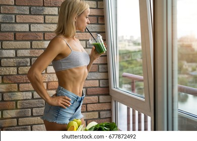 Fit Frau trinken Gemüse Green Detox Smoothie.  Rohkost