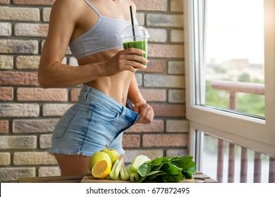 Fit Frau trinken Gemüse Green Detox Smoothie.  Rohnahrungsmittel