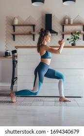 Fit Frau, die zu Hause Sport treibt, Lunges Übung.