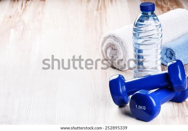 Fitnesskonzept mit Hantel und Wasserflasche