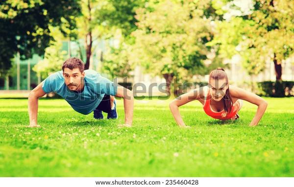 Fitness-, Sport-, Trainings- und Lifestyle-Konzept - Push-ups im Freien