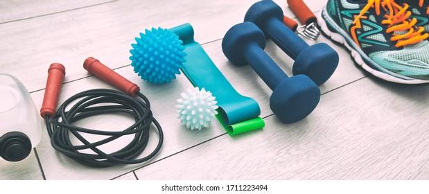 Die Fitnessgeräte und die Ausstattung auf dem Holzboden. Konzept der körperlichen Ausbildung und des Aufenthalts zu Hause