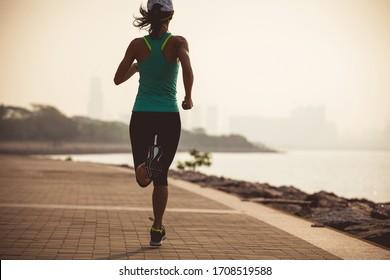 Fitness-Profi-Läufer auf sonnigen Küstenstraßen