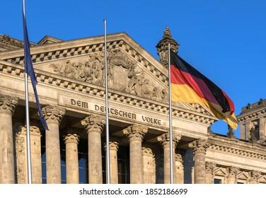 Deutsche Flagge im Deutschen Bundestag mit Inschrift Dem deutscher Volke