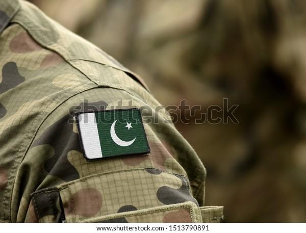 Bandera de Pakistán con uniformes militares (collage).