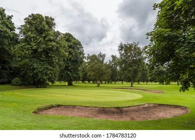 Drapeau vu sur un vert marquant l'emplacement d'un trou dans un terrain de golf.