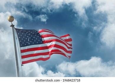 Flagge der Vereinigten Staaten von Amerika auf blauem Himmel, weißer Hintergrund
