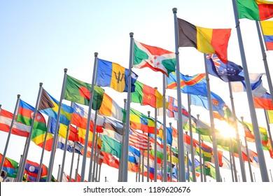 Flaggen aller Nationen der Welt fliegen
