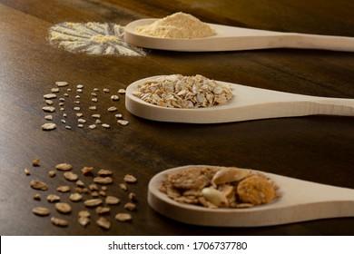 Flaked oats, wood, granola, oatmeal powder.