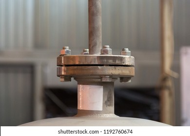 Flange connection, the union is welded to the pressure vessel working under pressure, the flanges are connected by bolts and nuts.