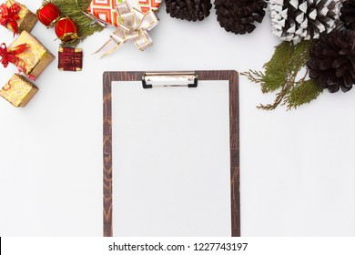 Flat lay christmas clipboard mockup. to-do list. Christmas ideas, notes, goals or plan writing concept..Winter holidays. Merry christmas happy new yea