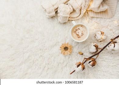 Flaches Legekomposition mit Tasse Kaffee. Gemütlich getönter Hintergrund
