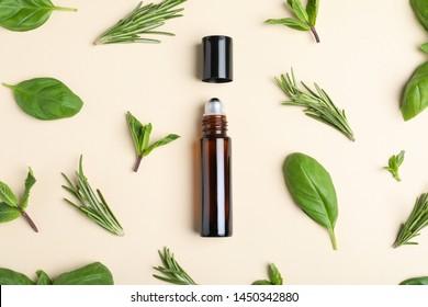 Flache Laienzusammensetzung mit Kräuteröl auf beigem Hintergrund