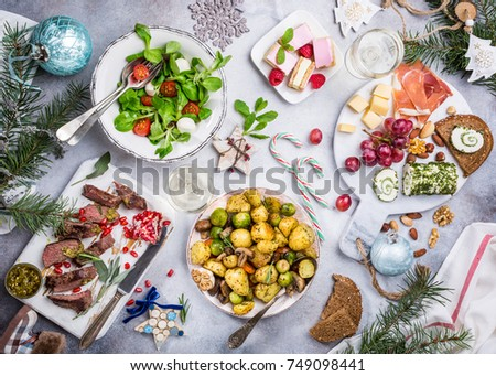 flat lay delicious christmas themed dinner の写真素材 今すぐ編集